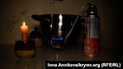 Походная газовая горелка на кухне