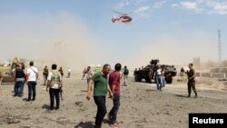 Төркия көньягындагы полиция бүлекчәсендә 15 август шартлавыннан соң ашыгыч ярдәм боралагы яраланучыларны алып китә.