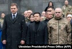 Ministrul apărării Andriy Zahorodniuk (stânga), președintele Volodimir Zelenski (centru) și șeful Statului Ganeral Major Ruslan Homciak, 20 ianuarie 2020
