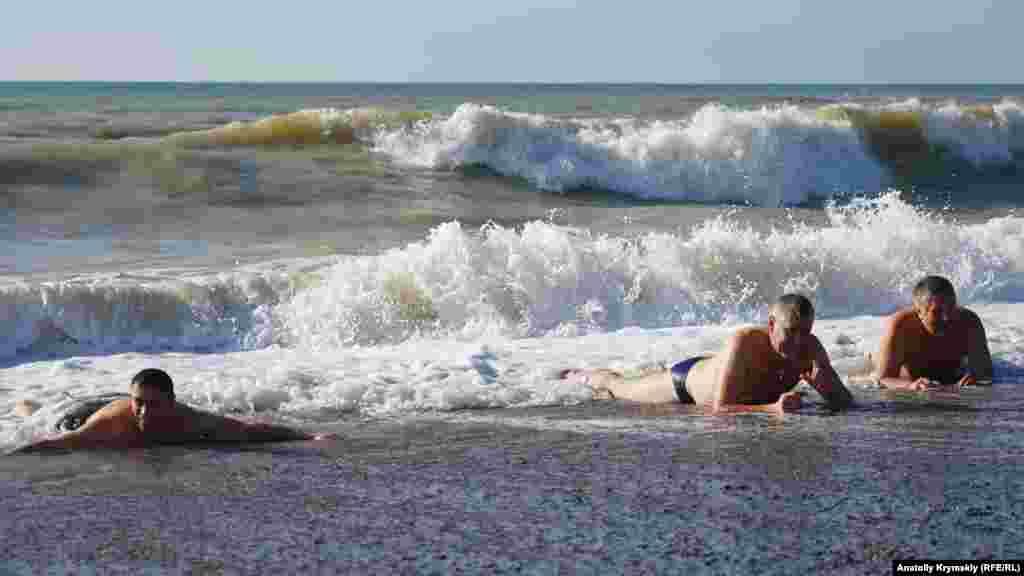 Первые «моржи» распластались на пляжном песке