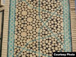گرهچینی با الگوی شبه تناوبی در کاشیکاری مسجد جامع اصفهان.