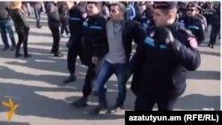 Полицейские уводят в отделение активистов оппозиции, 10 декабря 2015 г.