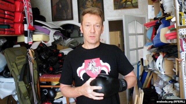 Алег Радзюк у хатняй майстэрні