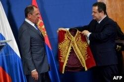 Міністр закордонних справ Сербії Івіца Дачич дарує Сергію Лаврову сербський національний костюм. Грудень 2016 року