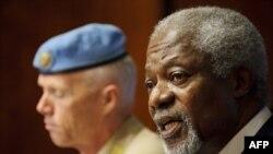 Kofi Annan (sagda) we BMG-niň Siriýadaky synçylar toparynyň başlygy general-maýor Robert Mud (çepde) BMG-niň Ženewadaky edarasynda metbugat konferensiýasynda çykyş edýärler. Ženewa, 22-nji iýun, 2012.