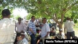 Әкіммен кездесуді талап еткен наразылық танытушылар. 2 маусым 2011 жыл.