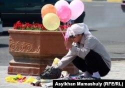 Жеңіс күніне арналған мерекелік шара алдында шар сатып тұрған сатушы. Ақтау, 9 мамыр 2012 жыл.