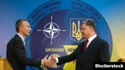 Президент України Петро Порошенко (праворуч) та генеральний секретар НАТО Єнс Столтенберґ під час прес-конференції на Яворівському полігоні, що на Львівщині. 21 вересня 2015 року