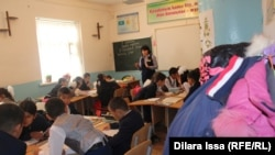 Ученики школы № 59 вынуждены сидеть в тесноте. Шымкент, 9 ноября 2016 года.