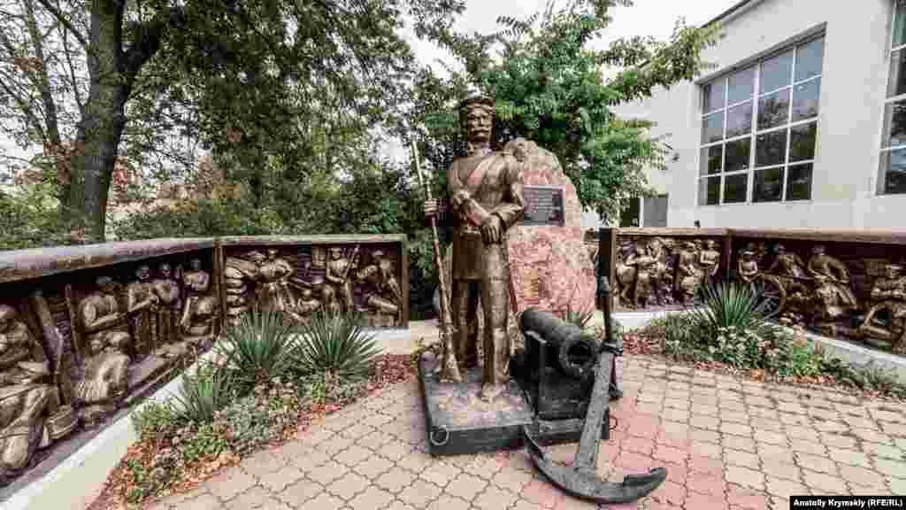 Пам'ятник матросу-бомбардирові Андрію Бобирю у сквері перед селищною радою. Бобир народився в сім'ї кріпаків-українців у 1806 році, імовірно, на Чернігівщині. Служив рекрутом-матросом на кораблях Чорноморського флоту. За особливі заслуги в Кримській війні 1853-1856 років царським указом йому було дозволено оселитися разом із флотськими товаришами на вільній землі на березі Каламітської затоки. З їхнього поселення виросла нинішня Миколаївка