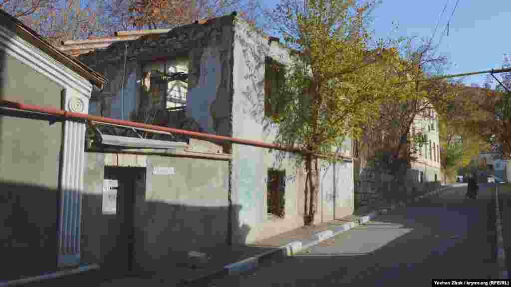Заброшенный дом на улице Рубцова зияет пустыми окнами, а рядом с фундаментом выросло дерево