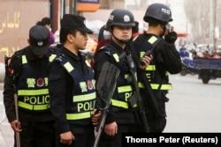 Усиленный китайский полицейский патруль в городе Кашгар, в СУАР. 2018 год