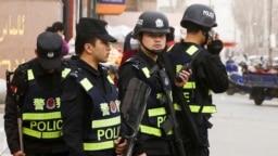 Китайские полицейские на улице в городе в Синьцзяне. 24 марта 2017 года. Иллюстративное фото.