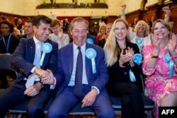 Лидер Партии Брекзита Найджел Фараж (в центре) празднует победу