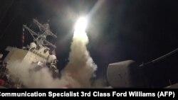 این تصویر را ارتش آمریکا در اختیار رسانهها قرار داده است و پرتاب موشک از ناوشکن رز را در هفتم آوریل - ۱۸ فروردین ماه نشان میدهد