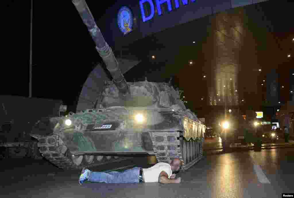 Чоловік спробував заблокувати проїзд військової техніки до аеропорту власним тілом
