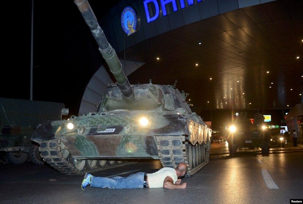 در ۲۵ تیرماه گروهی از ژنرالها، افسران و سربازان ارتش ترکیه با اشغال فردوگاه آتاتورک استانبول، پل تنگه بسفر، حمله به مقر پارلمان، به پرواز درآوردن چندین جت جنگنده اف ۱۶ و اشغال ساختمان رادیو تلویزیون ملی ترکیه دست به کودتا علیه دولت زدند. این کودتا ساعاتی بعد با هجوم طرفداران حزب عدالت و توسعه به میدانهای شهرهای بزرگ و فرودگاههای آن کشور، واکنش بخشهایی از ارتش که با کودتاگران نبودند، عدم موفقیت کودتاگران در دستگیری رجب طیب اردوغان، رئیس جمهوری ترکیه و عدم حمایت مردم از آن شکست خورد.
