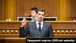 За словами Гончарука, він надіслав заяву про відставку президенту Володимиру Зеленському, а не Верховній Раді, тому що чинний уряд отримав повноваження саме завдяки йому
