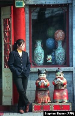 Женщина у магазина в центре Пекина, 1998 год