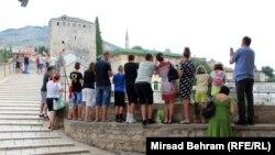 Turisti iz Srbije na mostu u Mostaru