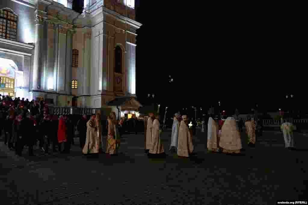 Удзельнікі хрэснага ходу вакол Сьвята-Усьпенскага сабору.