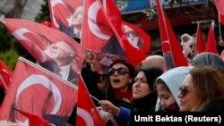 Сторонники Экрема Имамоглу на улице в Стамбуле. Июнь 2019 года