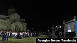 18 сентября, Кутаиси. Во дворе Багратского храма на выдвижении мажоритарного кандидата «Грузинской мечты» присутствовал епископ Кутаисский и Гаенатский Иоанн (Гамрекели)