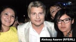 Российский певец Николай Басков фотографируется с VIP-гостями. Алматы, 6 сентября 2014 года.