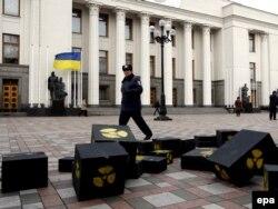 Наразылық білдірушілер Украина парламенті ғимаратының алдына әкеліп тастаған жәшіктер ядролық отын қалдығын бейнелейді. Киев, 17 желтоқсан 2009 ж.