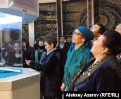 Касира Исраилова (крайняя справа) - правнучка Абая на презентации предполагаемой рукописи Абая. Алматы, 25 ноября 2011 года
