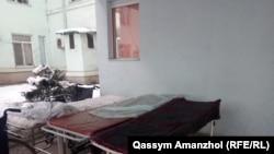 У входа в областную многопрофильную больницу № 1 в Алматы, куда доставили часть пострадавших после крушения самлета 27 декабря 2019 года.