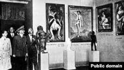 آدولف هیتلر (وسط) به همراه گوبلز (چپ) در نمایشگاه نقاشی