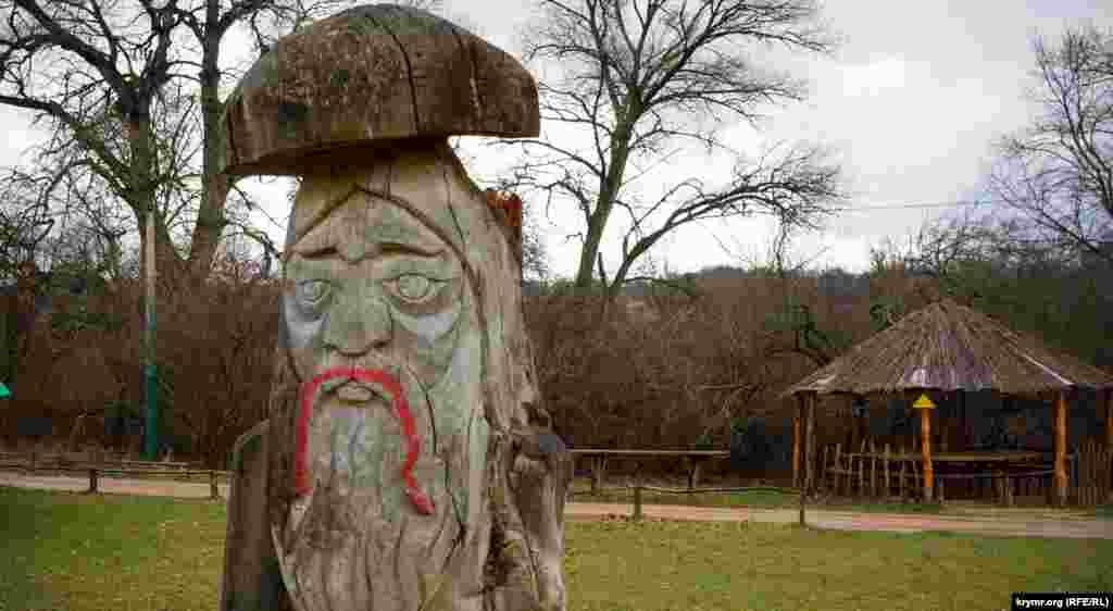 Деревянный «Дед Боровик» на пустой сказочной поляне