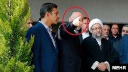 اکبر طبری معمولاً در مجامع عمومی از انگشت اشاره بهجای شست استفاده میکرد