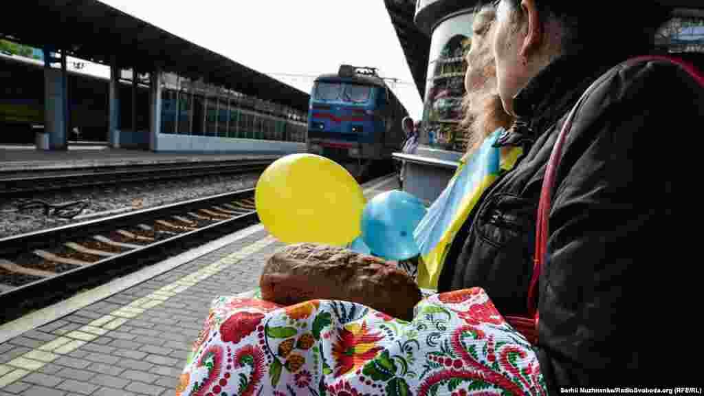 Мама і сестра бійця в очікуванні прибуття потяга
