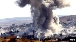 Дым над объектом, по которому, предположительно, был нанесен удар американских ВВС. Окрестности Кобани, 8 октября 2014 года.