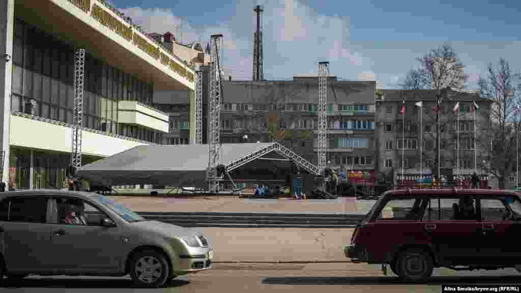 Монтаж сцены на площади Ленина. Здесь концерт пройдет 18 марта: крымчене ждут выступления Маршала и Вики Цыгановой