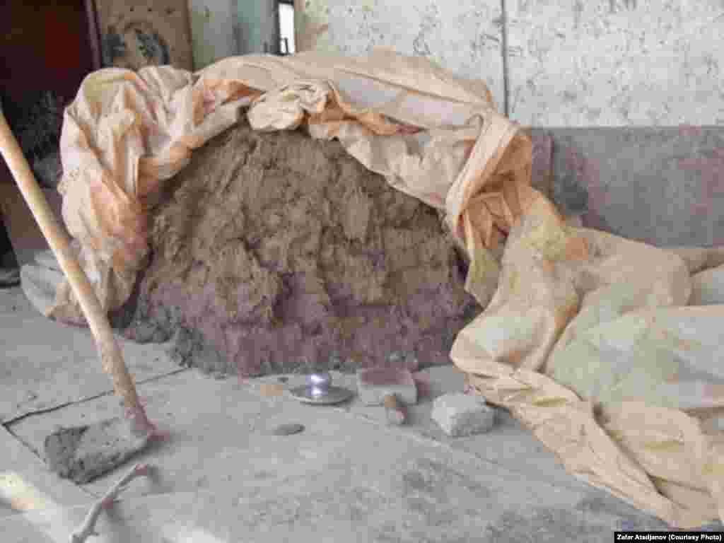 После стыковки первой и второй части печи между ними остается щель, который заделывается пайван тошем (сварочный камень)