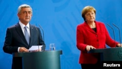 Germany -- Armenian President Serzh Sarkisian and German Chancellor Angela Merkel address a news conference after talks at the Chancellery in Berlin, April 6, 2016