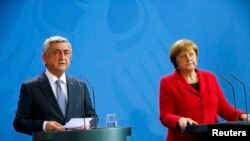 Germany -- Armenian President Serzh Sarkisin and German Chancellor Angela Merkel address a news conference after talks at the Chancellery in Berlin, April 6, 2016