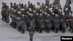 Сотрудники китайской полиции во время построения. Синьцзян, город Кашгар.