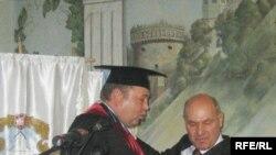 Бізнесмен Віталій Гайдук вручає ректорові Острозької академії Ігореві Пасічнику Острозьку Біблію