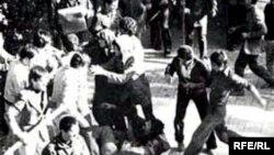 «انقلاب های ايرانی، ناشی از قيام کل اجتماع بر ضد دولت است و در قياس با انقلاب های اروپايی که ناشی از قيام بعضی طبقات فرودست بر ضد طبقات بالادست قرار می گيرد.» - دکتر کاتوزیان