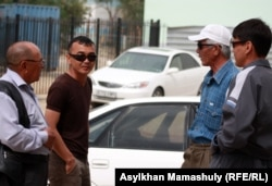 """Бывшие работники """"Каражанбасмуная"""", проводят акцию протеста возле офиса компании. Актау, 8 мая 2012 года."""