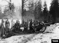 Артиллеристы-красноармейцы напротив крепости со стороны Финского залива перед наступлением на Кронштадт.