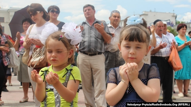 Ukrainians gathered in Simferopol on May 18 to mark the anniversary of the Stalin-era deportation of Crimean Tatars.