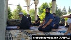 Архивска фотографија - Молитва во Мустафа паша џамија во Скопје во време на коронавирус пандемија, 12 мај 2020 година