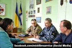 Вже історичне фото: перед початком зйомок творча група зустрічається з офіцерами Командування ВМС. Фото зі сторінки у Facebook компанії MKK film service