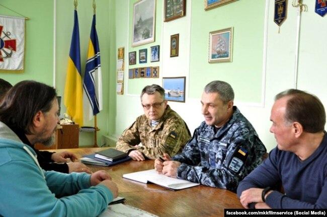 Перед началом съемок творческая группа встречается с офицерами Командования ВМС. Фото со страницы в Facebook компании MKK film service