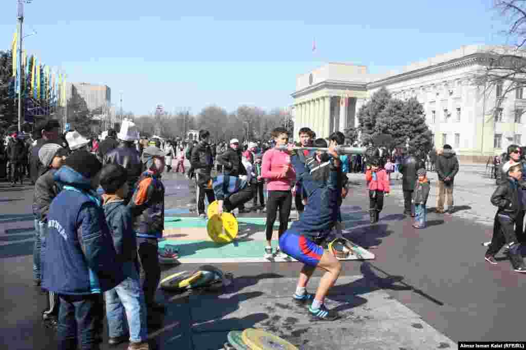 На Старой площади спортсмены показывали свою удаль.